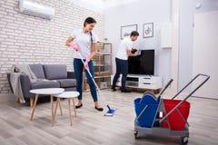清洗的电视和地板 免版税库存照片