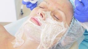 清洗的面孔方法在皮肤病学家4k,特写镜头医生` s办公室,慢动作 紧压 股票录像