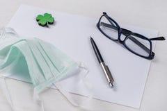 清洗纸、绿色三叶草叶子和一个防毒面具 库存照片