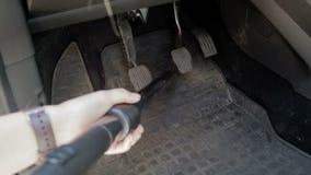 清洗肮脏的汽车地毯的妇女慢动作录影与吸尘器 股票录像