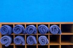 清洗蓝色在木箱的滚动的毛巾好的形状  库存照片