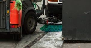 清洗街道的道路清扫工机器 免版税库存照片