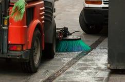 清洗街道的道路清扫工机器 图库摄影