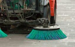 清洗街道的道路清扫工机器 免版税图库摄影