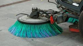 清洗街道的道路清扫工机器 免版税库存图片