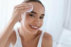 清洗表面 与化妆垫的美女清洗的皮肤 库存照片