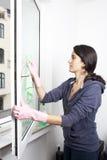 清洗视窗的妇女 免版税图库摄影