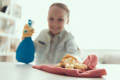 清洗议院的特写镜头小女孩帮助的母亲 图库摄影