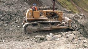 清洗路的推土机从山崩岩石 影视素材