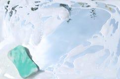 清洗镜子的过程与洗涤剂和海绵 免版税库存图片