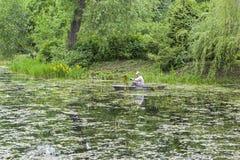 清洗长得太大的池塘 免版税库存照片