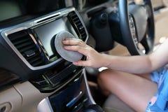 清洗LED屏幕显示器显示仪表板的妇女手 库存图片