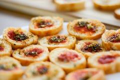 清淡和可口bruschetta开胃菜用蕃茄和oregan 免版税图库摄影