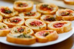 清淡和可口bruschetta开胃菜用蕃茄和oregan 免版税库存照片