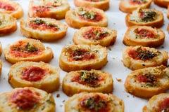 清淡和可口bruschetta开胃菜用蕃茄和oregan 库存照片