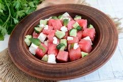 清淡的刷新的饮食食家沙拉用新鲜的西瓜、黄瓜和希腊白软干酪 免版税库存图片