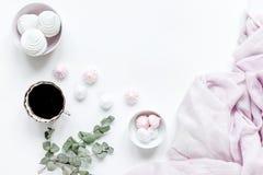 清淡的早餐用蛋白软糖和咖啡在白色桌背景顶视图空间文本的 免版税库存照片