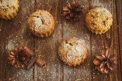 清淡的松饼用芝麻和锥体 免版税库存照片