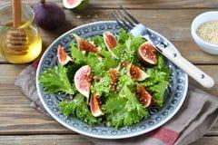 清淡的沙拉用无花果、莴苣和蜂蜜在一块板材在餐巾 库存图片