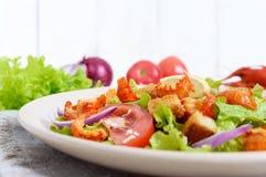 清淡的鲜美沙拉用癌症的肉,虾,莴苣,大蒜油煎方型小面包片,蕃茄 库存照片