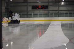 清理滑冰场的赞博尼 免版税库存照片