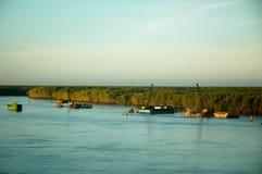 清疏一条河的小船在越南是明亮的在日出 免版税库存照片