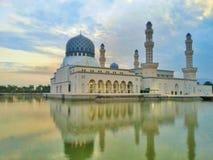 清真寺反射在湖有日出背景 库存图片