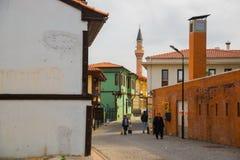 清真寺和一个典型的土耳其房子的尖塔 历史家和街道从Odunpazari 埃斯基谢希尔 火鸡 免版税库存图片
