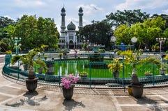 清真寺和一个喷泉在玛琅,印度尼西亚 免版税库存图片