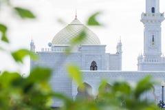 清真寺和一个高塔的白色大厦 免版税库存图片
