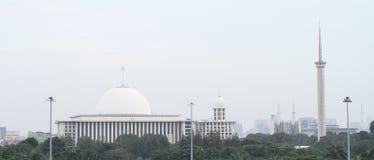 清真寺和尖塔在雅加达 免版税库存图片