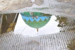 清真寺圆顶的反射在大雨以后的池塘 免版税图库摄影