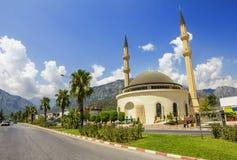 清真寺在山的背景的,土耳其Kemer 免版税库存图片