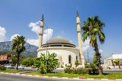 清真寺在山的背景的,土耳其Kemer 免版税库存照片