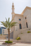 清真寺在迪拜小游艇船坞区 库存照片