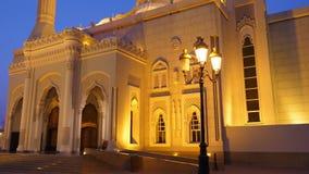 清真寺大厦照亮与金光 跟踪在钴蓝色天空背景的射击 股票录像