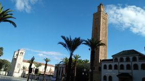 清真寺拥抱从oujda摩洛哥的大教堂église,和平和爱宗教 免版税库存照片