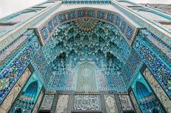 清真寺的曲拱蓝色口气的由伊斯兰教的宗教的马赛克被做 免版税图库摄影