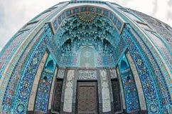 清真寺的曲拱蓝色口气的由伊斯兰教的宗教的马赛克被做 库存照片