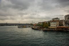 清真寺的桥梁的看法多云天气的 伊斯坦布尔海滨人行道风景  游人伊斯坦布尔市风景 伊斯坦布尔 免版税图库摄影