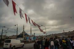 清真寺的桥梁的看法多云天气的 游人伊斯坦布尔市风景 伊斯坦布尔风景,土耳其 免版税库存照片