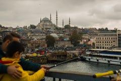 清真寺的桥梁的看法多云天气的 Suleymaniye清真寺 伊斯坦布尔风景,土耳其 免版税库存图片