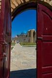 清真寺的看法通过门 免版税库存照片