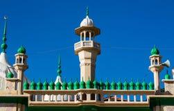 清真寺绿色圆顶和尖塔塔 免版税库存图片