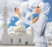 清真寺背景的年轻回教女孩 库存照片