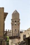 清真寺,开罗伊斯兰老城老尖塔反对明亮的蓝天的 图库摄影