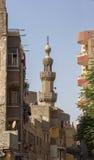 清真寺,开罗伊斯兰老城,埃及老尖塔反对明亮的蓝天的 库存照片