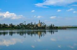 清真寺, Aliki盐湖的Hala苏丹Tekke,在Larnaka,塞浦路斯 免版税库存照片