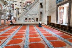 清真寺,读Qur的`的穆斯林 库存照片