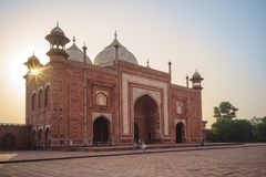 清真寺& Mihman泰姬陵Khana在阿格拉,印度 图库摄影